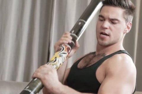 Usano un didgeridoo aborigeno come dildo, studio porno gay accusato di razzismo