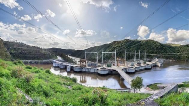 Presa de Cedillo, última de las presas españolas del río Tajo, situada en la misma línea fronteriza con Portugal en el Parque Natural del Tajo Internacional. Ubicación: Cedillo (Cáceres), ríos Tajo y Sever.