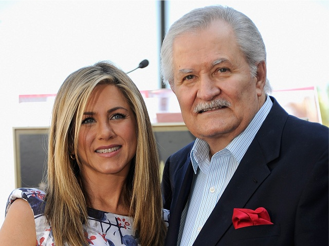 Jennifer Aniston com o pai, o ator John Aniston || Créditos: Getty Images