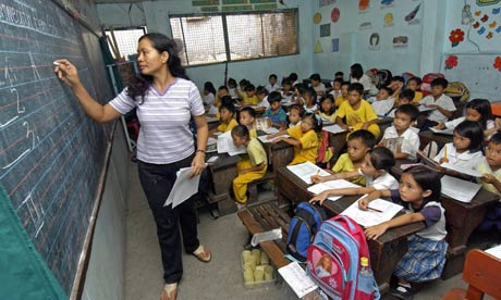 MDG : Teachers shortage : students packed in small classroom in Quezon city, suburban Manila