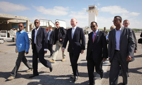 MDG : Somalia : British Foreign Secretary William Hague in Mogadishu reviews AMISOM troops