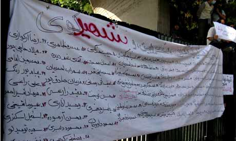 Transparent mit den Namen von 75 inhaftierten StudentInnen
