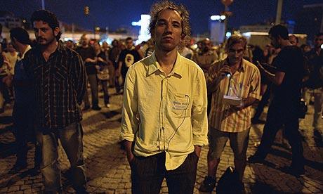 Turkish man inspires hundreds with silent vigil in Taksim Square
