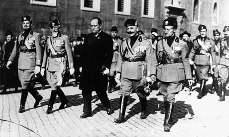 Mussolini berparade menuju kota Roma