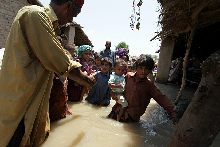 https://i1.wp.com/static.guim.co.uk/sys-images/Guardian/Pix/pictures/2010/8/13/1281700135657/Pakistan-Flood-Devastatio-026.jpg