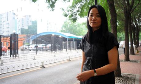Lu Qing 007 译者 | 卫报 中国警方传唤艾未未的妻子