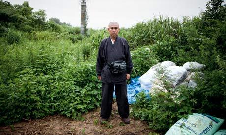 禅宗の住職、阿部光裕(こうゆう)さんは寺の後ろの山に、人々の庭の汚染された土を廃棄させています。写真:ジェレミー・スーテイラト( Jeremie Souteyrat)
