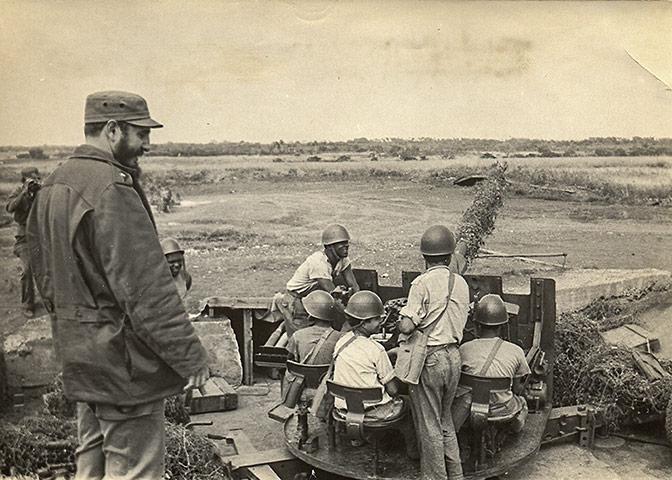 Cuban missile crisis :  Cuban leader Fidel Castro inspecting an artillery unit