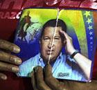 Une personne est titulaire d'une image de Chavez Le président vénézuélien Hugo à Caracas