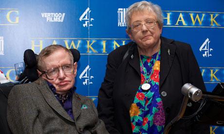 Stephen Hawking con su hermana Mary en la premier del documental en Cambridge. Foto: Andrew Cowie/AFP/Getty Images