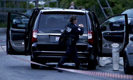 A police officer investigates car – Pastor