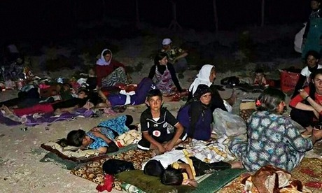Displaced Iraqis from Sinjar flee from Isis troops