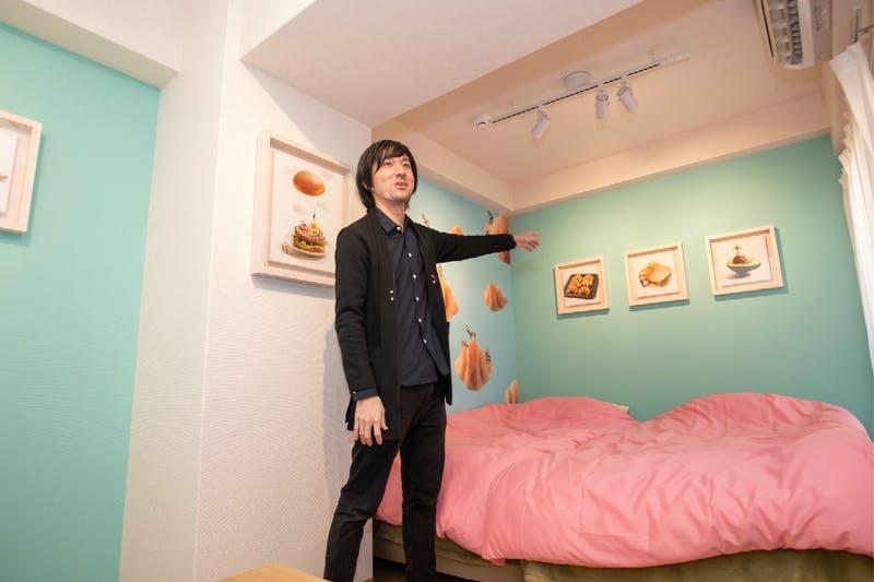 ▲部屋を案内する、ミニチュア写真家の田中達也氏