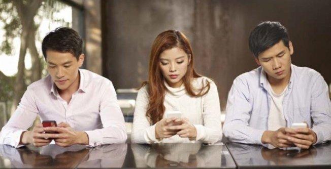 Dependenți de smartphone, 2008 poate fi considerat anul în care a început revoluția mobilă datorită lansării a 3G, apariția iPhone-ului al companiei Apple (model care a pus bazele smartphone-ului) și primele aplicații de călătorie.