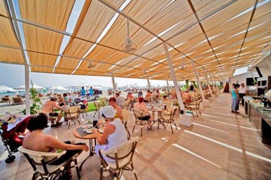 Un restaurant pe plajă, cu buffet liber al unui hotel all-inclusive din Turcia.
