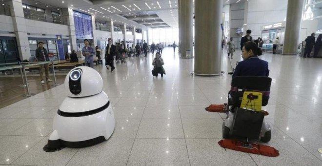 Roboți în aeroporturi: servesc pasagerii, curăță și parchează mașini
