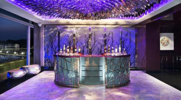 W Hotel Sentosa Cove din Singapore are propiul bar și cabină privată cu DJ.