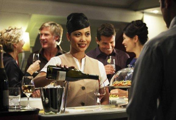 Răspund la e-mailurile de la lucru sau mă relaxez cu un pahar de vin în avion? Aceasta este dilema pentru unii pasageri de business. Imagine: Emirates.