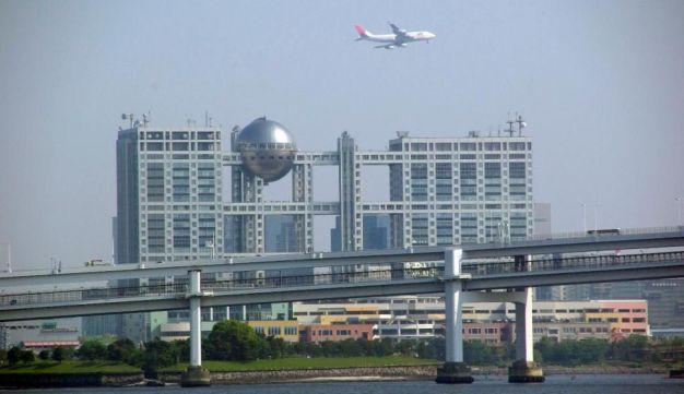 Acum doi ani, Tokyo a inaugurat al treilea aeroport. Noul impozit este aplicat pasagerilor în toate aeroporturile și porturile din țară, care sunt în tranzit sau cu șederi de peste 24 de ore.