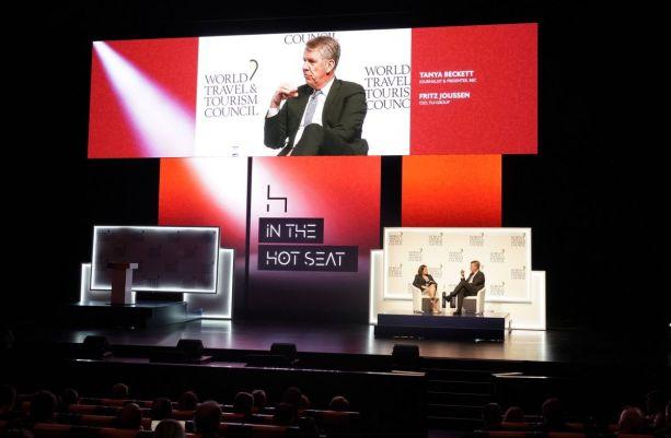 Și CEO-ului TUI Group i s-a luat un interviu pe scenă.