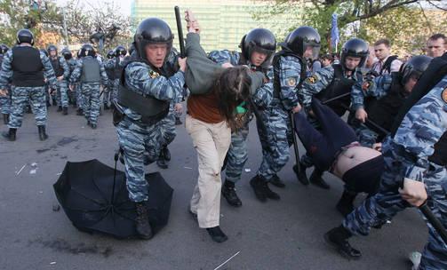 Hannu Himanen mainitsee yhtenä Putinin käyttämänä valtakeinona kansailaisjärjestöjen toiminnan tukahduttamisen. Kuva toukokuulta 2012, jolloin poliisi kävi kovin ottein Putinia vastustavien mielenosoittajien kimppuun.