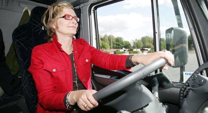 Silloinen kansanedustaja, nykyinen ministeri Paula Risikko houkutteli naisia rekkakuskin hommiin vuonna 2006.