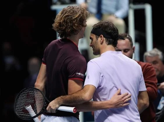 zverev federer - Roger Federer sees off Alexander Zverev to book his place in the last four of the ATP Finals in London