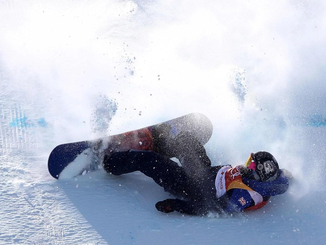 英国のエイミー・フラーがスノーボード女子スロープスタイル決勝でクラッシュ
