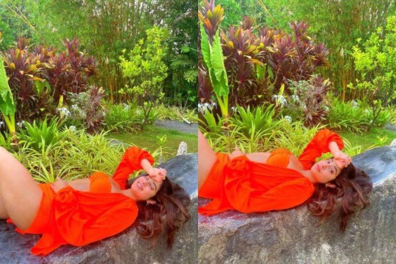 Janhvi Kapoor Looks Sensuously Hot in Bright Orange Bikini, Manish Malhotra Drops Heart