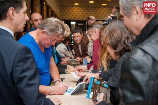 Sesiune de autografe BZN dupa concertul de la Sala Palatului pe 25 octombrie 2013