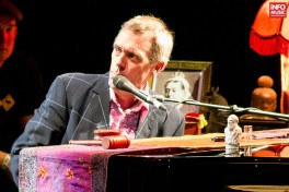Hugh Laurie with the Copper Bottom Band în concert la Sala Palatului pe 12 iulie 2014