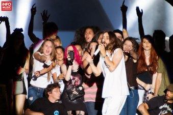Jared Leto alături de fanii invitați pe scenă cu prilejul concertului de la Romexpo