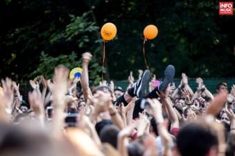 Solistul Mads Damsgaard Kristiansen purtat de mulțime la Summer Well 2014