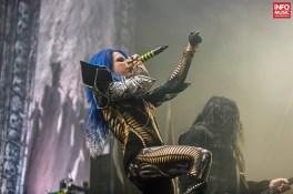 Solista Alissa White-Gluz în concert Arch Enemy la Bucuresti pe 10 decembrie 2015