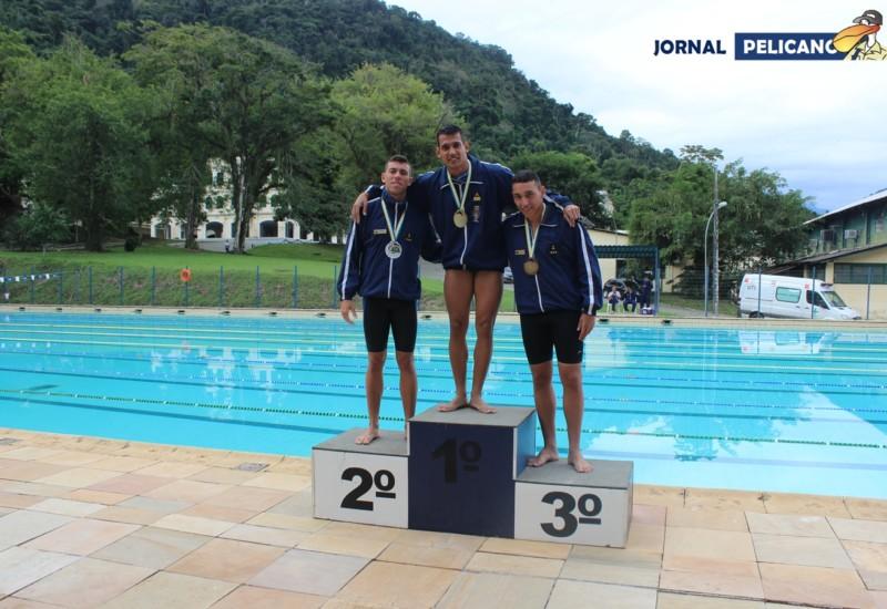 Al. Guerra ocupa o lugar mais alto do pódio em premiação da natação. (Foto: Jornal Pelicano)