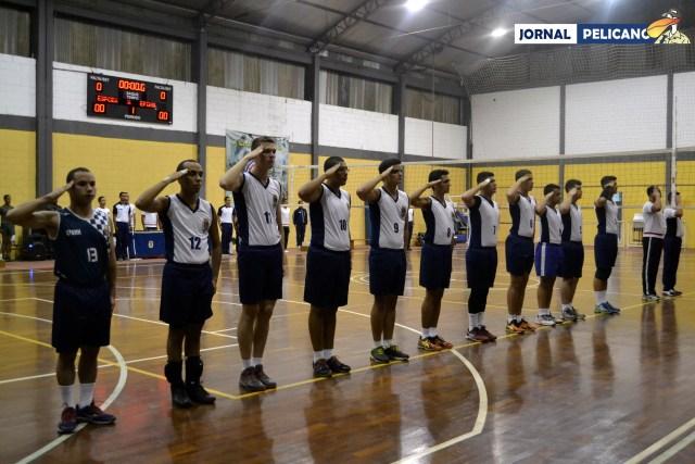 Equipe de vôlei da EFOMM se apresenta ao mais antigo oficial presente. (Foto: Al. Leal / Jornal Pelicano)