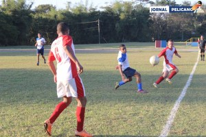 Jogadores disputam a bola na lateral. (Foto: Al. Anna Viriato / Jornal Pelicano)