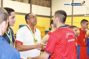 Treinador da equipe, Prof. Carlos, recebe os cumprimentos do técnico da EsPCEx. (Foto: Al. Sebastian / Jornal Pelicano)