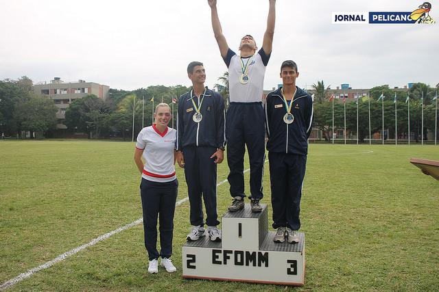 Al. Levi comemora a medalha de ouro no pódio do Salto em Distância. (Foto: Al. Ingrid Ferreira / Jornal Pelicano)