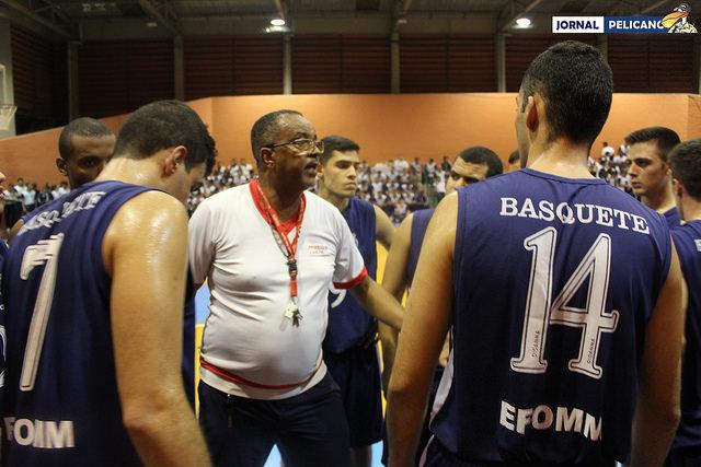 Mestre Carlos levanta a moral dos atletas durante o pedido de tempo. (Foto: Al. Assis / Jornal Pelicano)