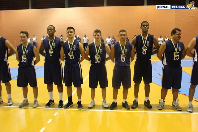 Alunos da EFOMM ostentam as medalhas de ouro durante premiação. (Foto: Al. Assis / Jornal Pelicano)