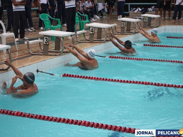 Alunos se preparam para a disputa do 50m nado costas. (Foto: Al. Helena Ferreira / Jornal Pelicano)