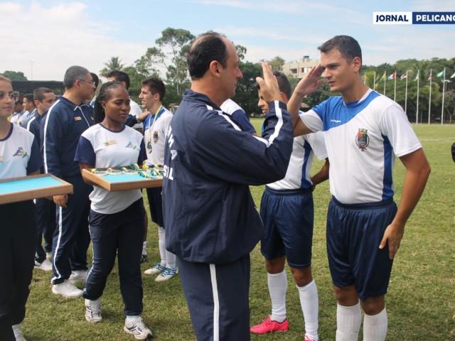 Entrega das medalhas aos alunos da EFOMM. (Foto: Al. Ingrid Ferreira / Jornal Pelicano)