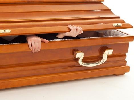 HOROR na sahrani: Pokojnik USTAO iz kovčega, LJUDI POČELI MASOVNO ...