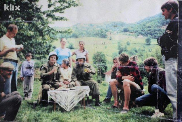 Posljednja fotografija Muje i Jakuba (drugi i treći s desne strane)