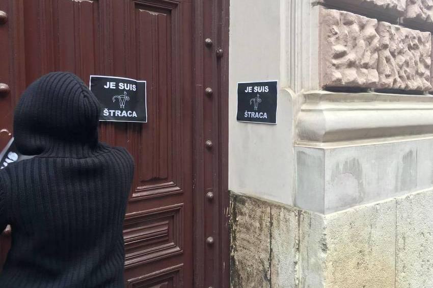 """Sarajevske feministkinje na ulaz u rezidenciju kardinala Puljića zalijepile """"Je suis štraca"""" postere"""