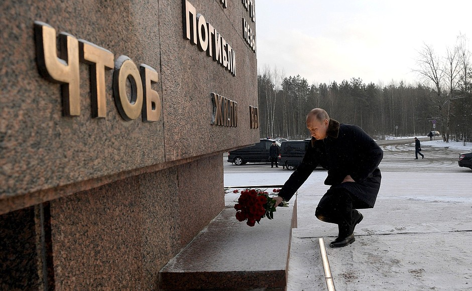 Vladimir Putin laid flowers at the Landmark Stone monument at the Nevsky Pyatachok military historical complex.