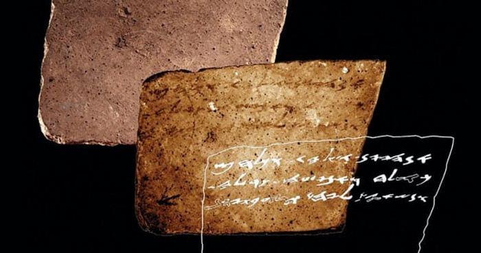 Секретное сообщение на куске керамики.