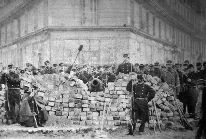 Баррикада на улице Вольтера, после ее захвата регулярной армией, май 1871