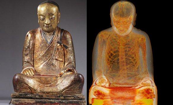 Скелет самомумифицировавшегося монаха внутри статуи Будды.